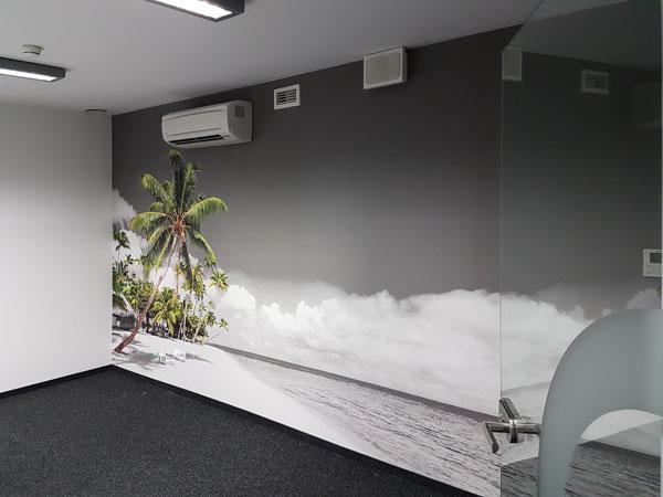 Zdjęcie po naklejeniu tapety z tropikami