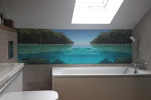 zdjęcie z montażu wodoodpornej tapety w łazience nad wanną