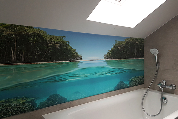 Fotografia łazienki z zamontowaną fototapetą