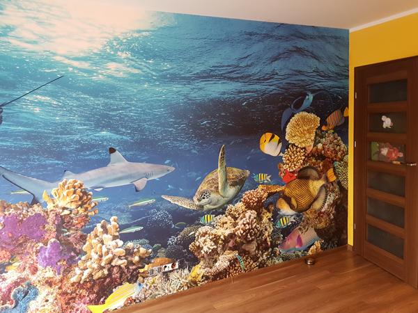 Zdjęcie ukazujące ścianę po naklejeniu fototapety z tropikalnymi rybami